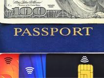 Pasaporte azul, cientos dólares de cuenta y tres diversas tarjetas de crédito fotos de archivo libres de regalías