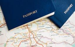 Pasaporte azul en el mapa, viaje, papel pintado Imagen de archivo