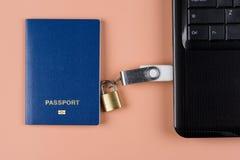 Pasaporte biométrico Control electrónico sobre humanidad foto de archivo libre de regalías