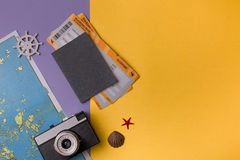 Pasaporte, boletos, mapa y cámara Imágenes de archivo libres de regalías