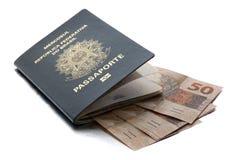 Pasaporte brasileño y moneda brasileña (reales) Fotos de archivo