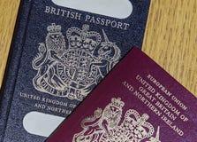 Pasaporte británico viejo y nuevo pasaporte europeo Imagen de archivo