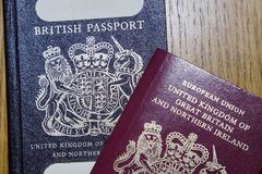 Pasaporte británico viejo y nuevo pasaporte europeo Foto de archivo