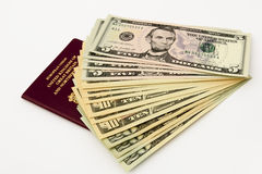 Pasaporte británico y dólares americanos Fotografía de archivo