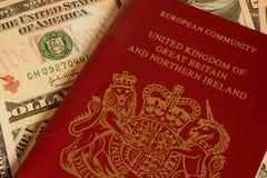 Pasaporte británico y moneda Imágenes de archivo libres de regalías