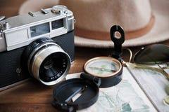Pasaporte, cámara del vintage, compás, gafas de sol y sombrero Imagen de archivo