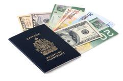 Pasaporte canadiense y billetes Imagenes de archivo