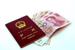 Pasaporte chino (PRC) y dinero en circulación Imagen de archivo libre de regalías