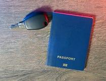 Pasaporte, coche y las llaves al coche a prepararse para el viaje Fotografía de archivo libre de regalías