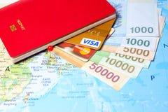 Pasaporte con las tarjetas de crédito y la moneda surcoreana Foto de archivo libre de regalías