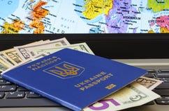 Pasaporte con los billetes de dólar en el fondo del mapa de Europa imagen de archivo libre de regalías