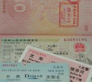 Pasaporte con los boletos chinos de la visa y de tren Fotografía de archivo