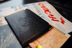Pasaporte con un boleto que miente en la tabla Imágenes de archivo libres de regalías