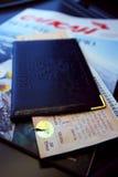 Pasaporte con un boleto que miente en la tabla Imagen de archivo