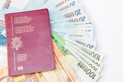Pasaporte de Bélgica y ` s del euro que viajan Foto de archivo libre de regalías