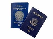 Pasaporte de Estados Unidos y del Brasil con biométrica aislado en blanco Foto de archivo libre de regalías
