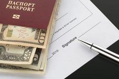 Pasaporte de la Federación Rusa con los dólares americanos imágenes de archivo libres de regalías