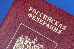 Pasaporte de la Federación Rusa en un fondo azul Fotografía de archivo