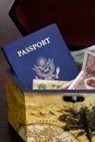 Pasaporte de los E.E.U.U. con el dinero en circulación chino en rectángulo Imágenes de archivo libres de regalías