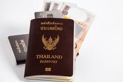 Pasaporte de Tailandia con el dinero tailandés con la tarjeta de crédito Imágenes de archivo libres de regalías