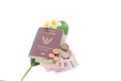 Pasaporte de Tailandia y dinero tailandés fotografía de archivo libre de regalías