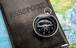 Pasaporte del compás en cubierta y mapa del mundo Imagen de archivo