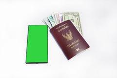 Pasaporte del &thailand de Smartphone a viajar Imágenes de archivo libres de regalías