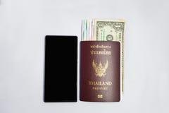Pasaporte del &thailand de Smartphone a viajar Imagen de archivo libre de regalías
