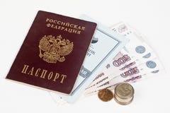 Pasaporte, dinero y libreta de banco rusos imagen de archivo