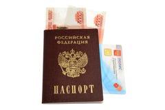 Pasaporte, dinero y política del seguro médico aislados en blanco Imágenes de archivo libres de regalías