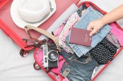 Pasaporte a disposición y trajes de los accesorios del viaje Fotos de archivo libres de regalías