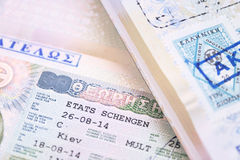 Pasaporte dos con la visa griega de Shengen de la unión europea Imagenes de archivo