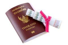 Pasaporte electrónico tailandés con un poco de dinero suelto Imagenes de archivo