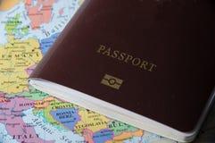 Pasaporte en el mapa, aún vida Imagen de archivo libre de regalías