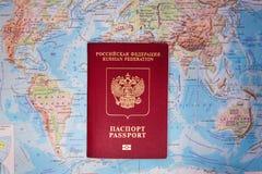 Pasaporte en el mapa del mundo Fotografía de archivo libre de regalías