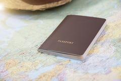 Pasaporte en el mapa del mundo por tiempo de planificación de vacaciones Fotos de archivo