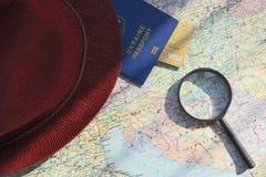 Pasaporte en un mapa mundial del viaje Vacaciones del planeamiento Foto de archivo libre de regalías