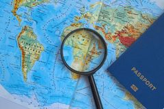 Pasaporte en un mapa mundial del viaje Vacaciones del planeamiento Imágenes de archivo libres de regalías