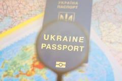 Pasaporte en un mapa mundial del viaje Vacaciones del planeamiento Imagen de archivo libre de regalías