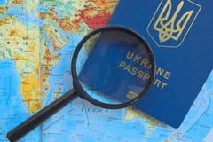 Pasaporte en un mapa mundial del viaje Vacaciones del planeamiento Fotografía de archivo libre de regalías