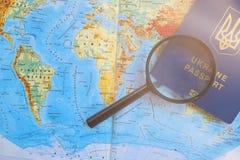 Pasaporte en un mapa mundial del viaje Vacaciones del planeamiento Fotos de archivo libres de regalías