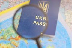 Pasaporte en un mapa mundial del viaje Vacaciones del planeamiento Fotografía de archivo