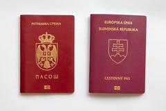 Pasaporte eslovaco y servio en fondo del Libro Blanco imagen de archivo libre de regalías