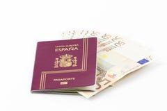 Pasaporte español con los billetes de banco de la moneda de la unión europea Fotos de archivo libres de regalías