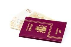 Pasaporte español con los billetes de banco de la moneda de la unión europea Imagen de archivo libre de regalías