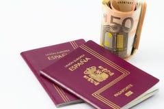 Pasaporte español con los billetes de banco de la moneda de la unión europea Imagen de archivo