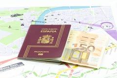 Pasaporte español con los billetes de banco y el mapa de la moneda de la unión europea Fotos de archivo libres de regalías