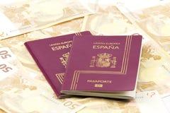 Pasaporte español sobre billetes de banco de la moneda de la unión europea Imagenes de archivo