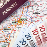 Pasaporte, euros y correspondencia de Berlín Foto de archivo