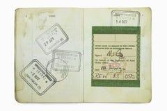 Pasaporte extranjero con los sellos británicos de una inmigración Imagen de archivo